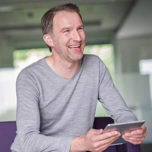 Bild von Mann mit Tablet in der Hand