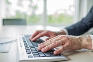 Bild von Händen an einer Tastatur