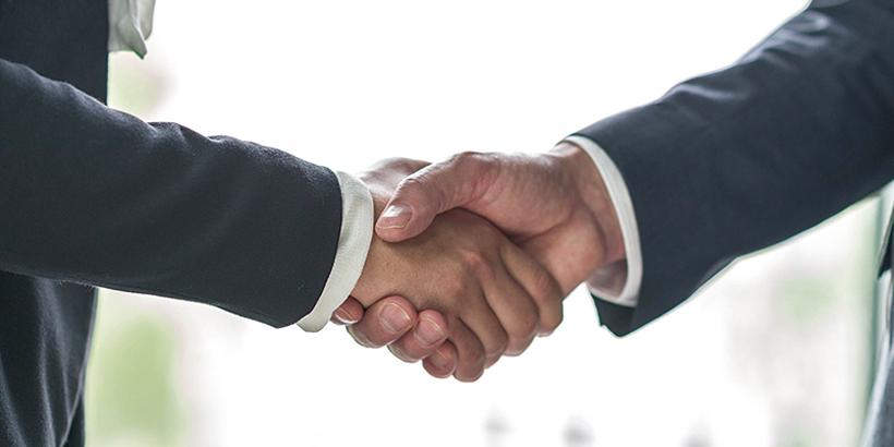 Bild von sich zwei schüttelnden Händen