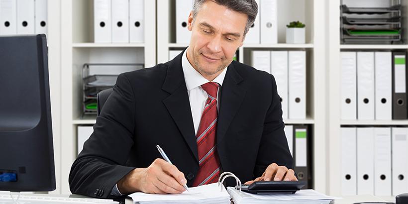 Bild Anwalt am Schreibtisch