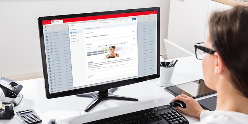 Bild einer Marketingmitarbeiterin mit Blick auf den Monitor