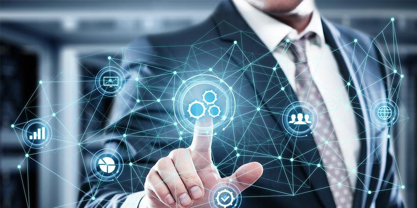 Mann im Business-Anzug tippt mit dem Finger auf einen schwebenden Icon mit Zahnrädern, der Teil einer netzartigen Illustration ist