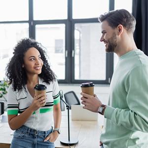 Bild von zwei Businesspeople, die sich zu einer Kaffeepause treffen