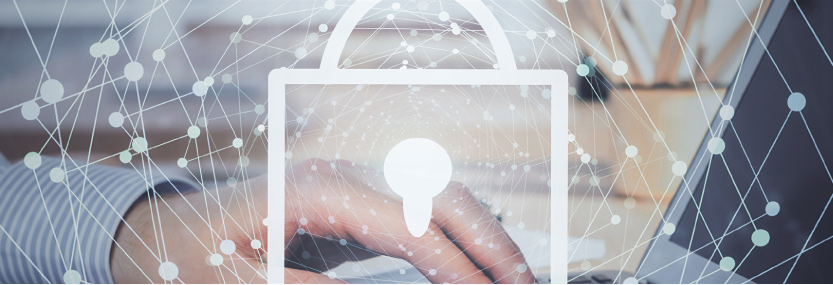 Bild von tippender Hand am Laptop - im Vordergrund ein Icon von einem Schloss