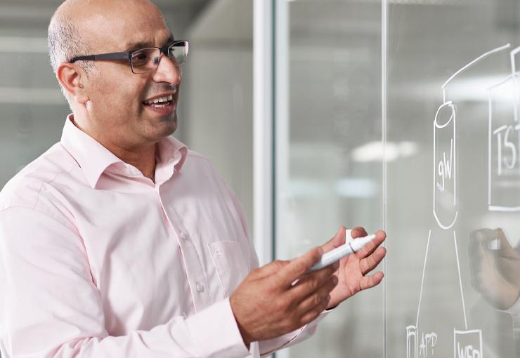 Luai Al-Khalaf, ERP- und xRM-Berater bei Network Concept, in einer Beratungsszene