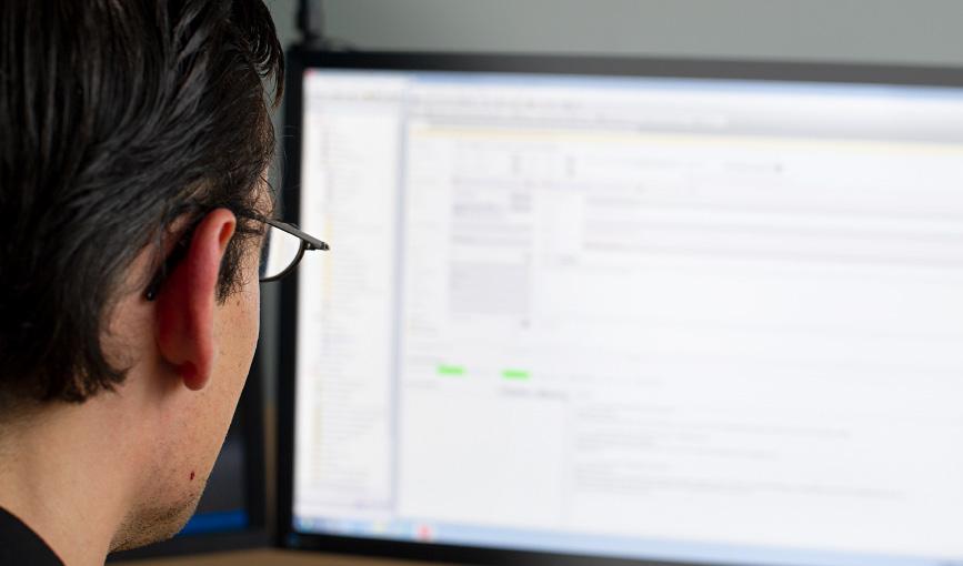Tobias Dinter, Teamleiter Entwicklung & Support bei Network Concept, vor dem Rechner sitzend