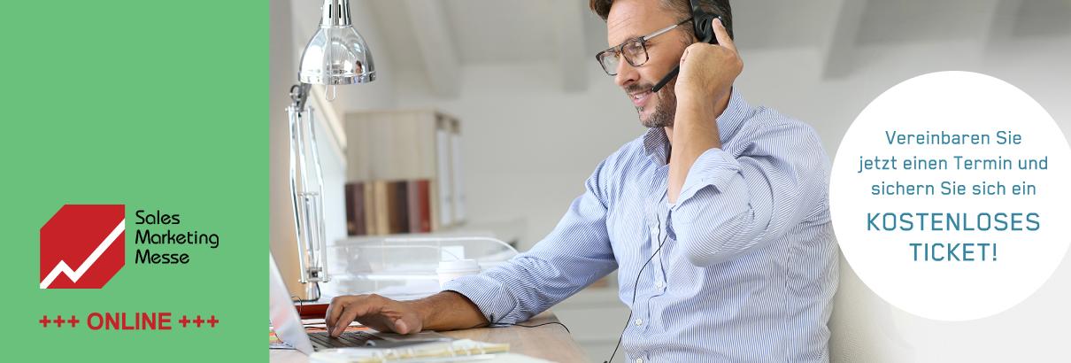 """Bild von einem Mann mit Headset am Laptop, dem Sales Marketing Messelogo und einem Button mit der Überschrift: """"Vereinbaren Sie jetzt einen Termin und sichern Sie sich ein kostenloses Ticket!"""""""