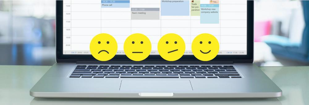 Bild eines Laptop mit CRM-Oberfläche auf dem Monitor - im Vordergrund vier Smileys von unzufrieden bis glücklich
