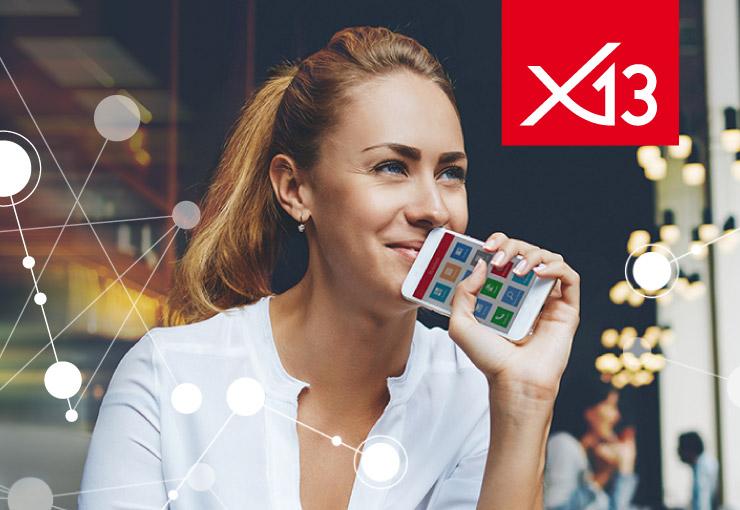 Bild einer entspannt lächelnden Frau mit Smartphone in der Hand, auf dem Display das x13 Cockpit mit Smart-Icons und im Vordergrund eine Netzgrafik, dazu das x13-Logo