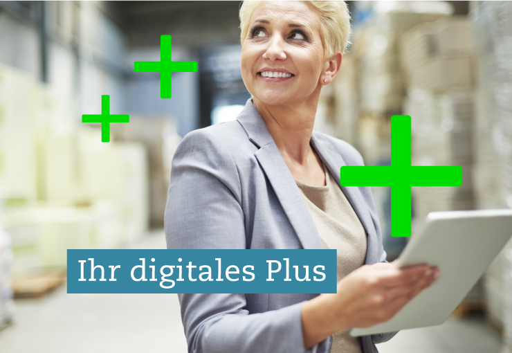 """Bild einer lächelnden Sage-Anwenderin mit Tablet in einer Lagerhalle - als Headline """"Ihr digitales Plus"""""""