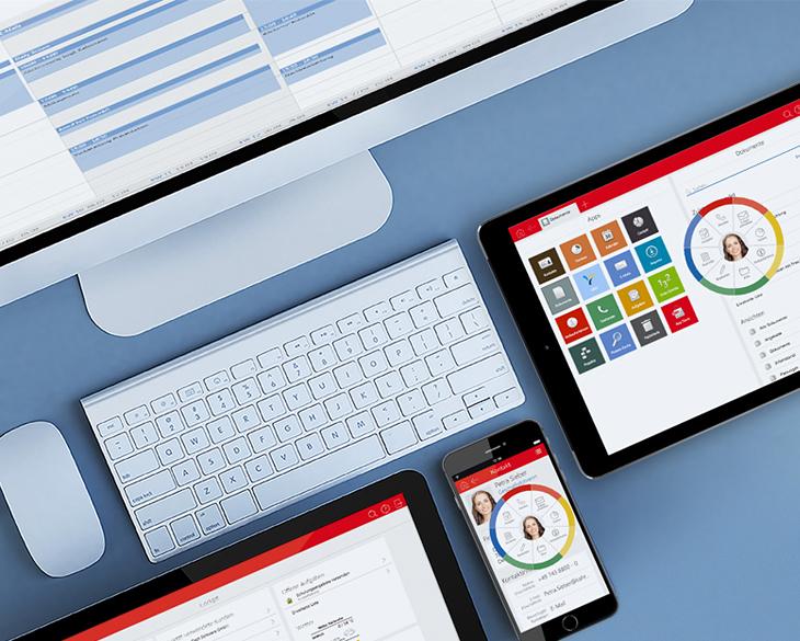 Draufsicht auf mehrere Gerätetypen - auf den Displays die SmartWe-Oberfläche