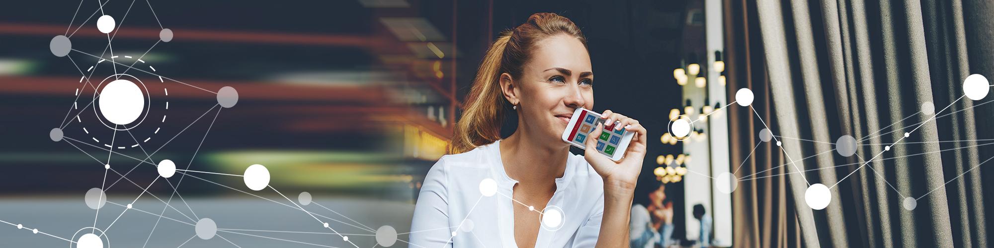 Bild einer entspannt lächelnden Frau mit Smartphone in der Hand, auf dem Display das x13 Cockpit mit Smart-Icons und im Vordergrund eine Netzgrafik