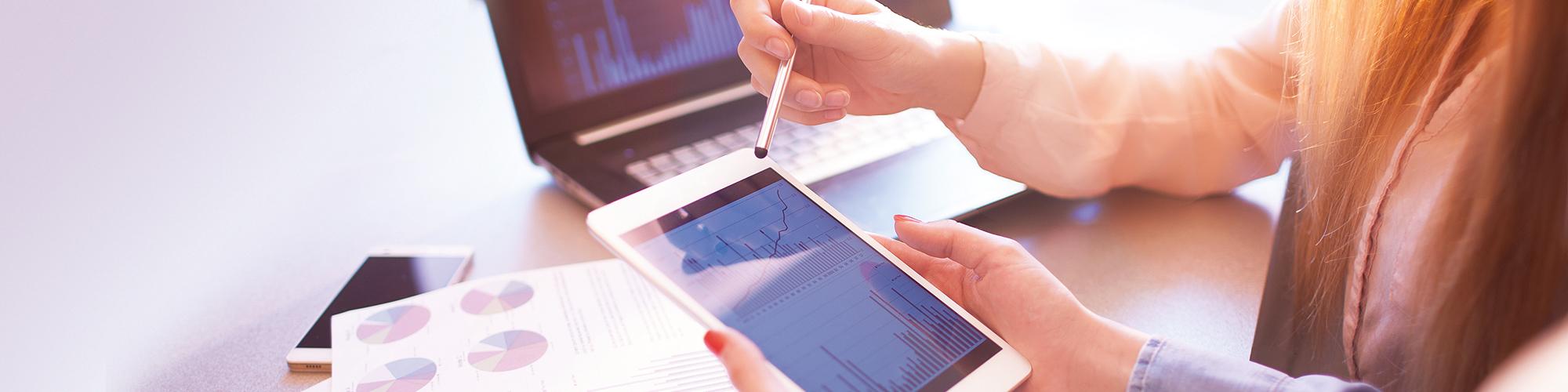 Bild von zwei Personen, die am Laptop und Tablet arbeiten