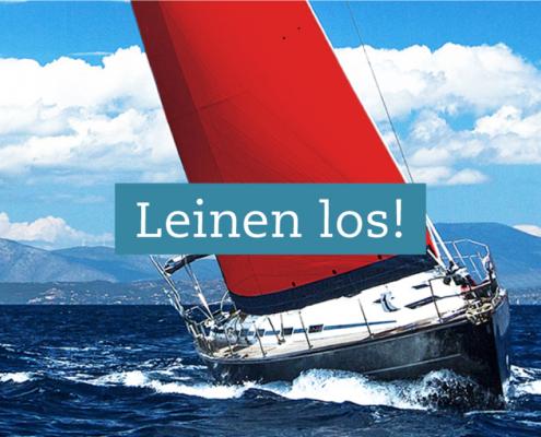"""Bild von einem Segelboot mit rotem Segel auf hoher See - als Headline """"Leinen los!"""""""