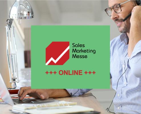 Bild von einem Mann mit Headset am Laptop und dem Sales Marketing Messelogo