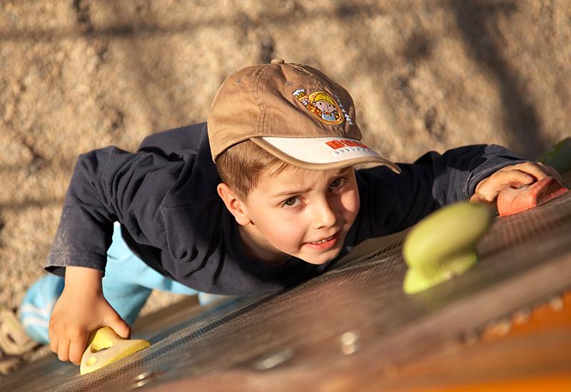 Foto eines kletternden Kindergartenkindes